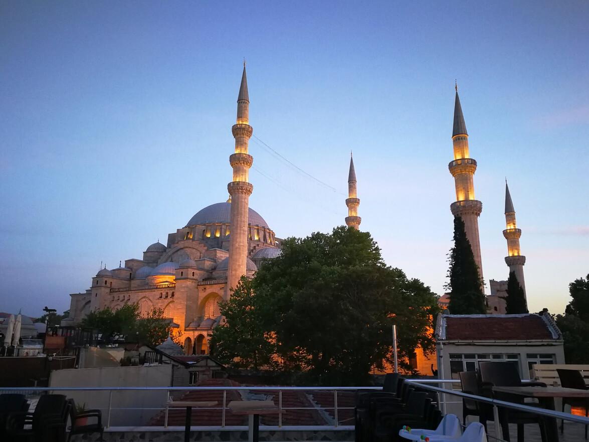 4 минарета символизируют правление Сулеймана в качестве 4-го владыки Стамбула