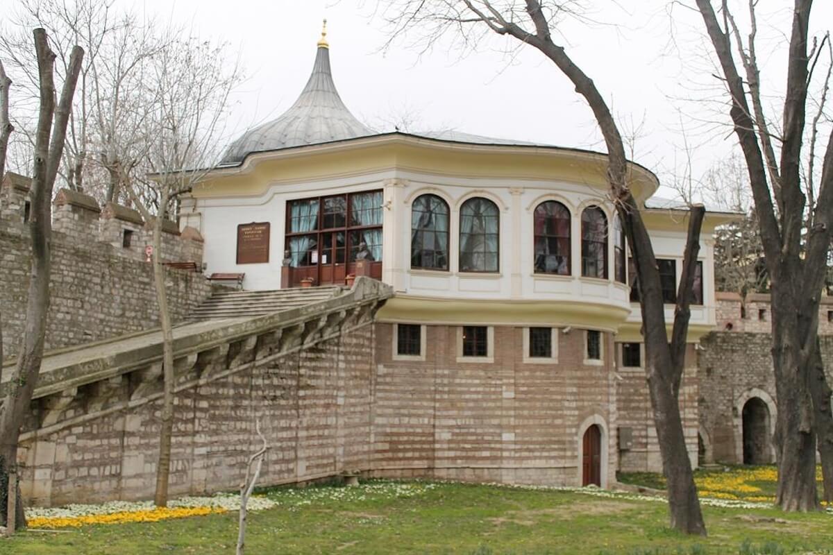 Литературный музей и библиотека Мехмеда Хамди Танпынара