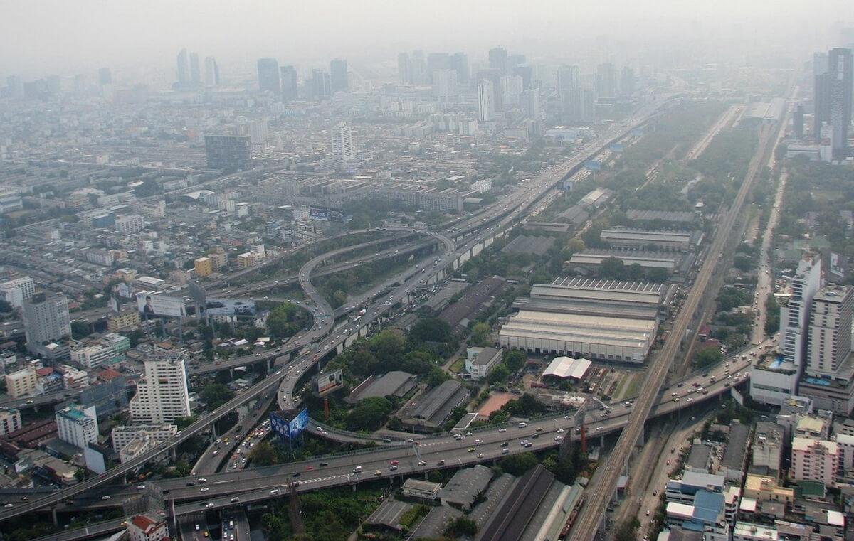 Днем Бангкок покрыт смогом