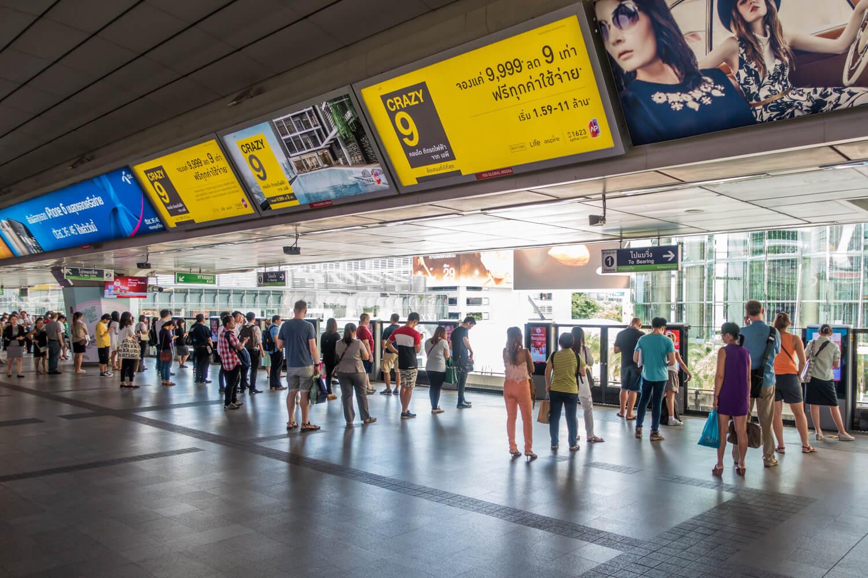 На надземной станции метро в ожидании поезда