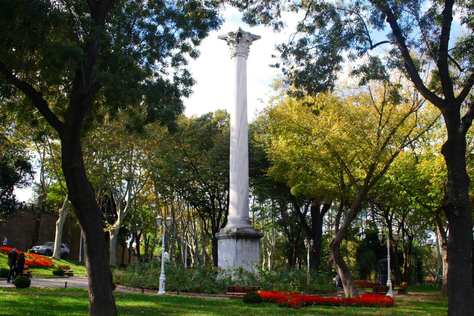 Колонна готов в парке Гюльхане