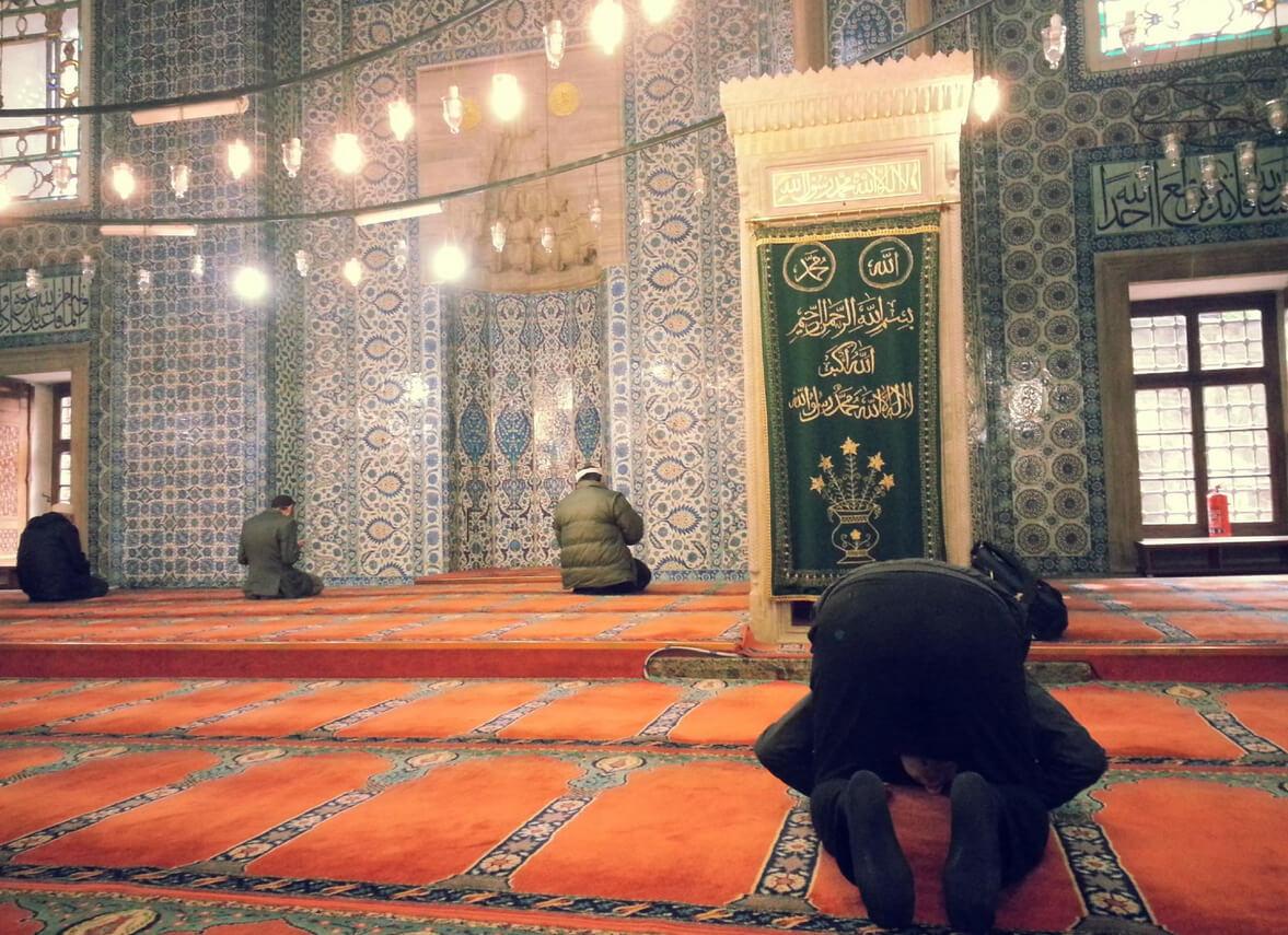 Не стоит ходить рядом с молящимися прихожанами