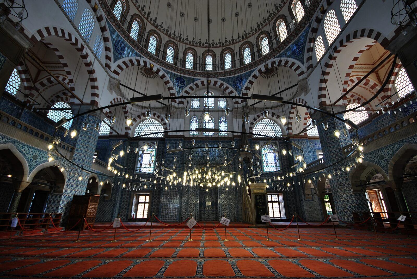 В мечети Рустема-паши