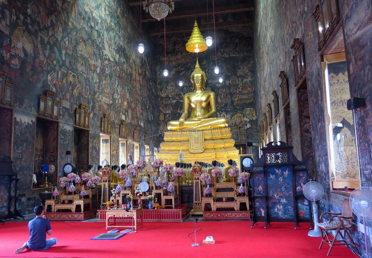 В храме Ват Сутхат