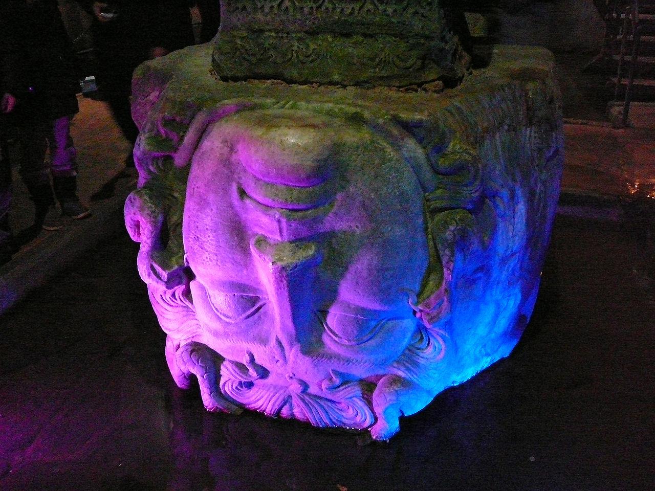 Колонна с головой Медузы у основания