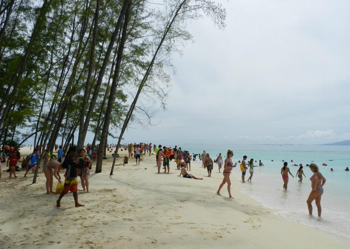 После 8 часов пляж становится многолюдным