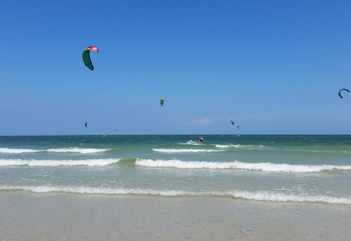 Кайт-серфинг на пляже Хуаина