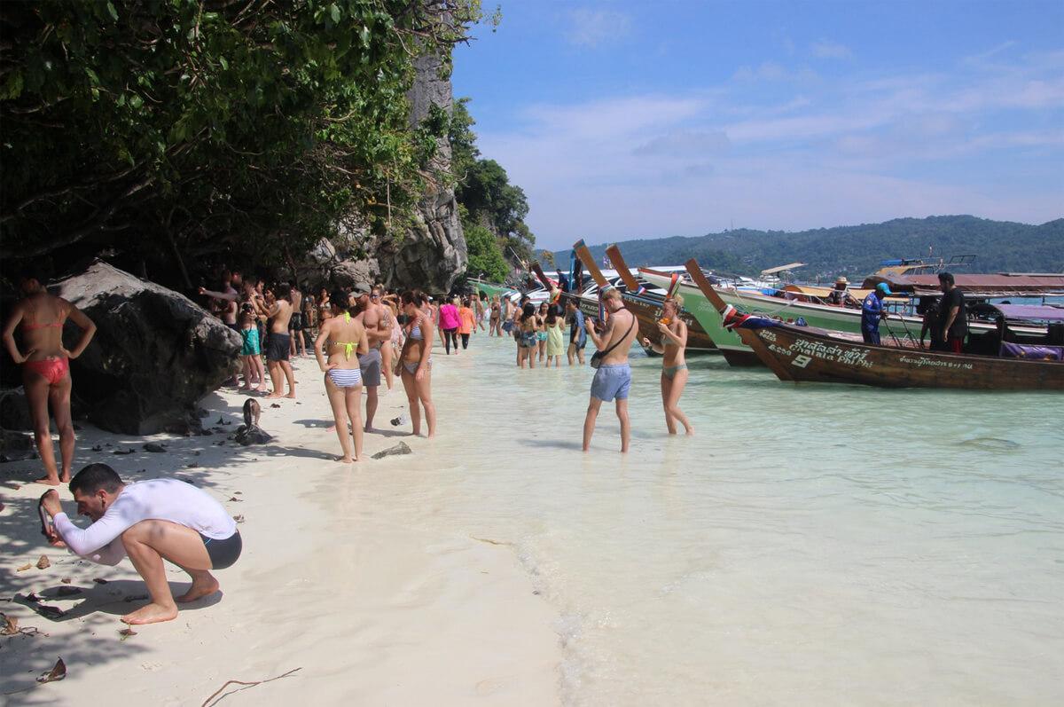Количество туристов на пляже многократно превышает его вместимость