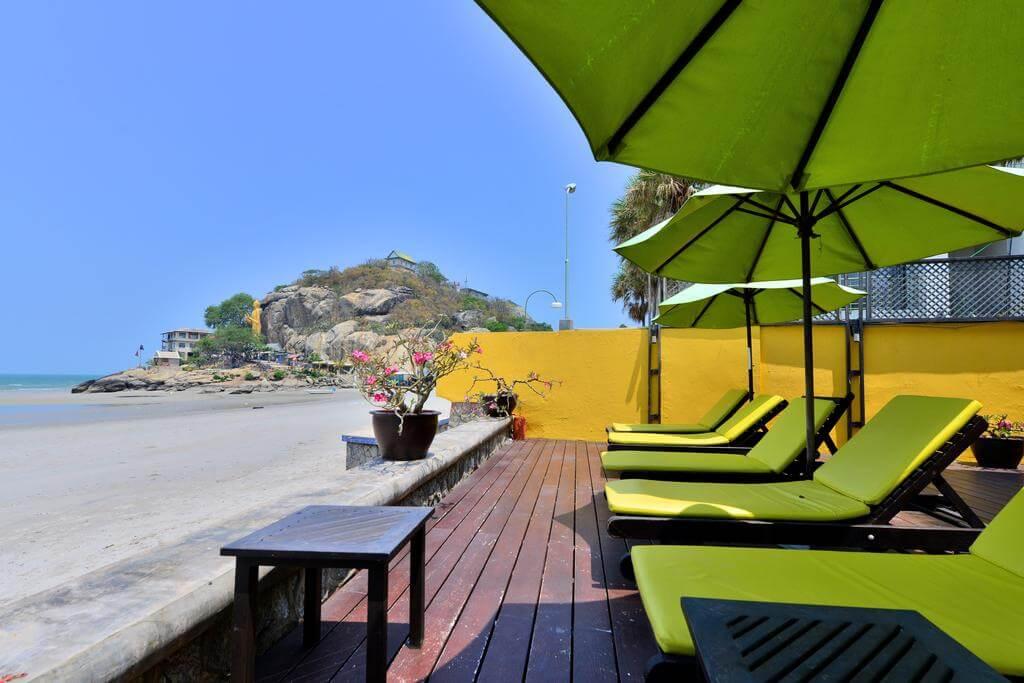 Supatra Hua Hin Resort выходит на пляж Такиаб