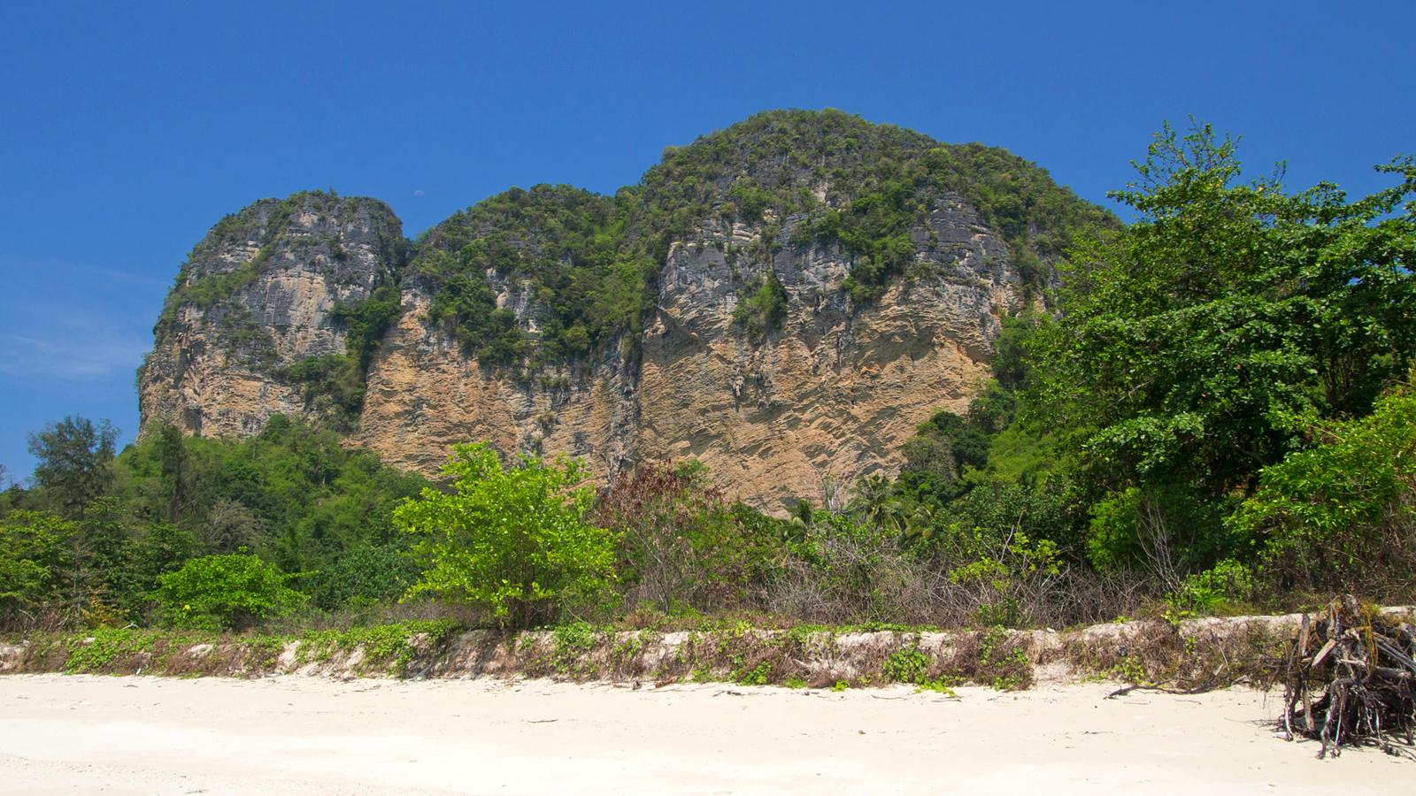 Живописные скалы острова Пода