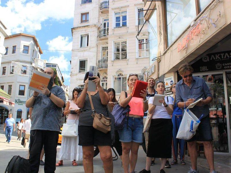 Группа туристов на скетчинг-прогулке по Стамбулу