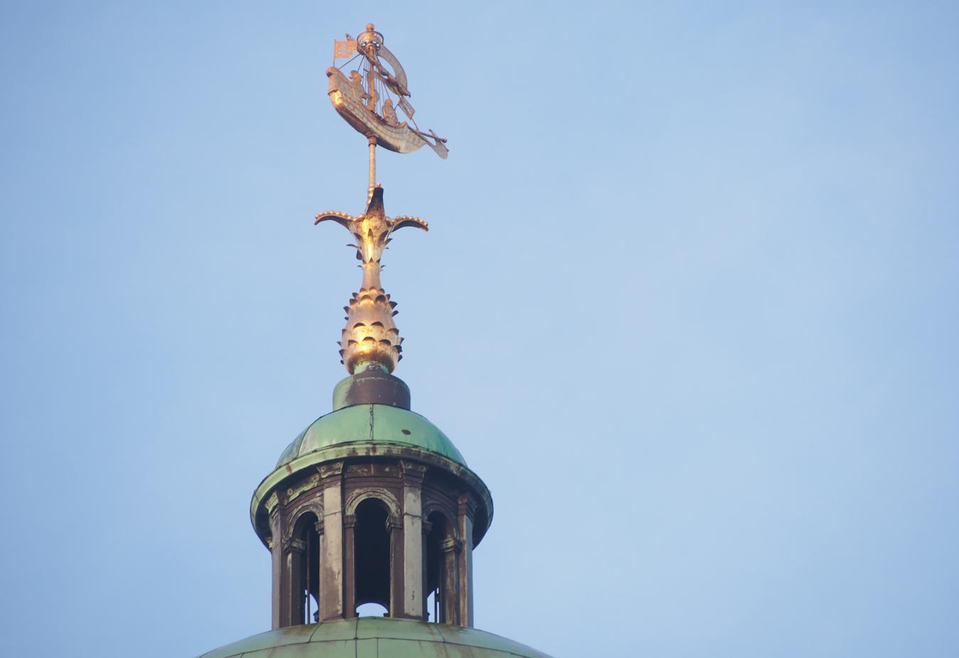 Купол с флюгером на Королевском дворце Амстердама