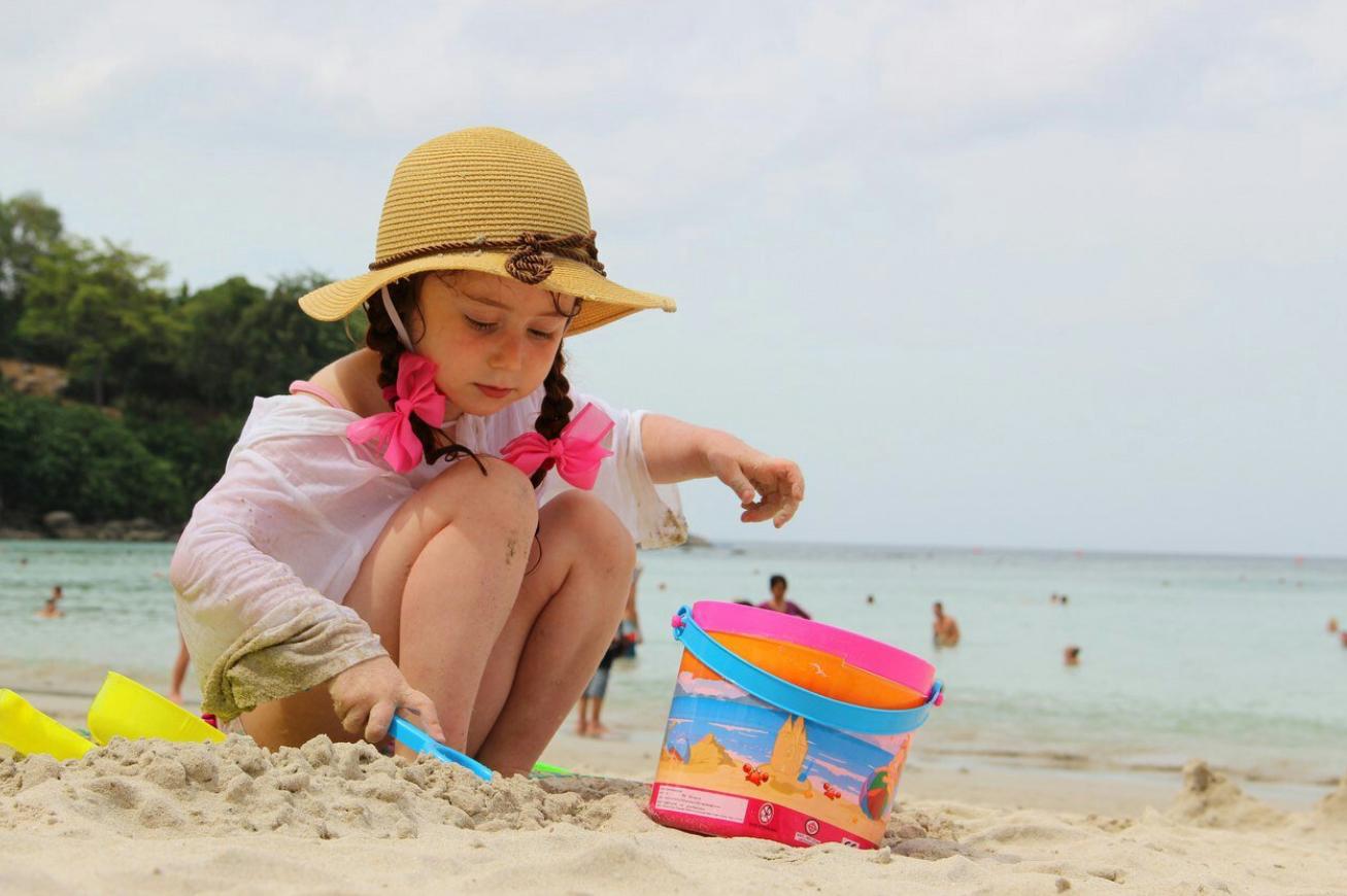 Девочка играется в пасочки