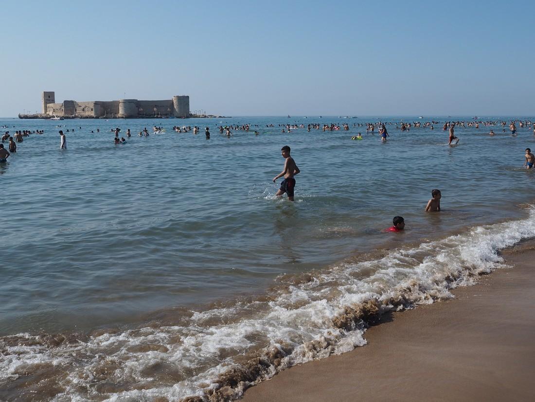 Пляж напротив крепости Кызкалеси