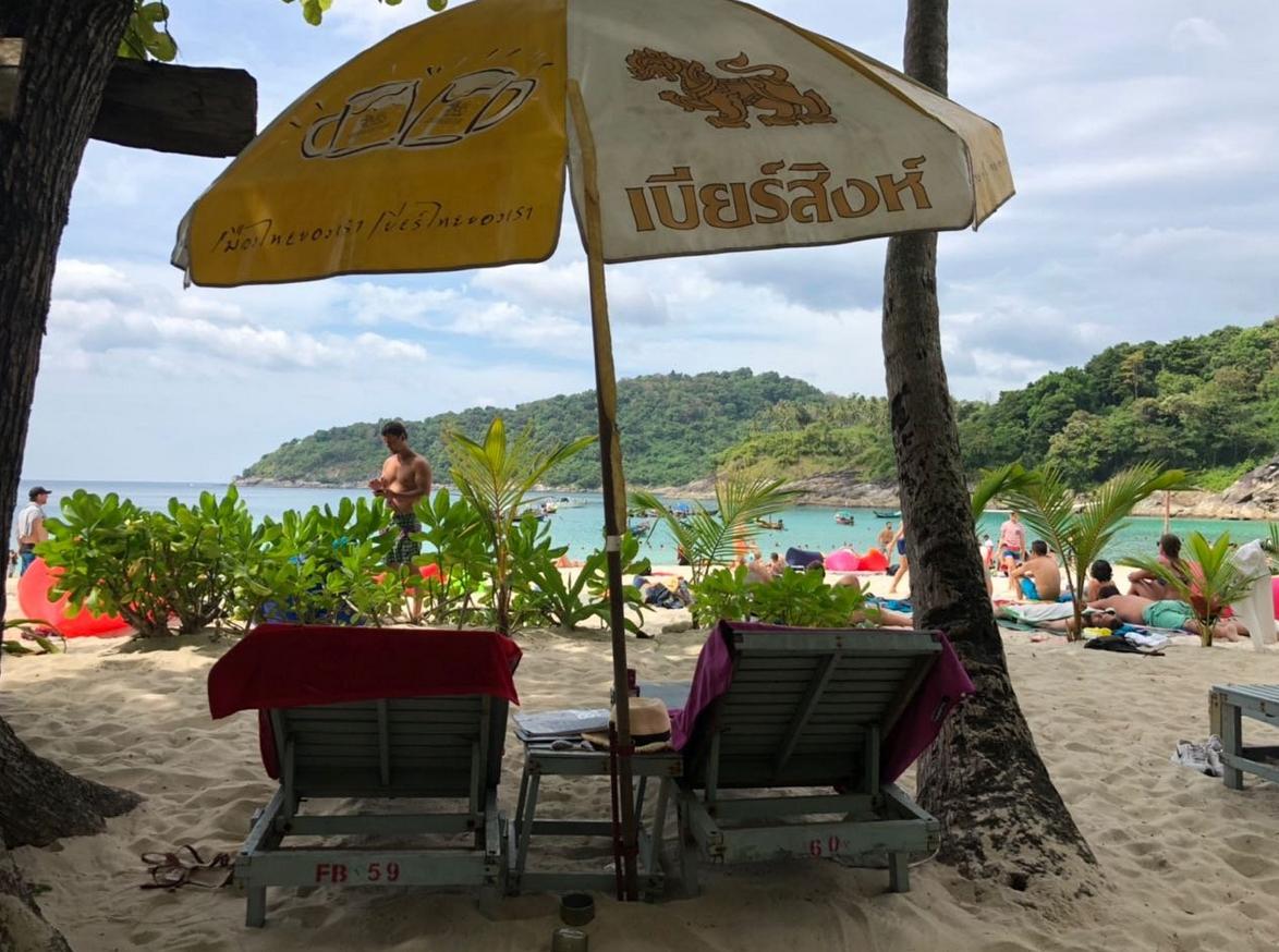 Лежаки на пляже Freedom