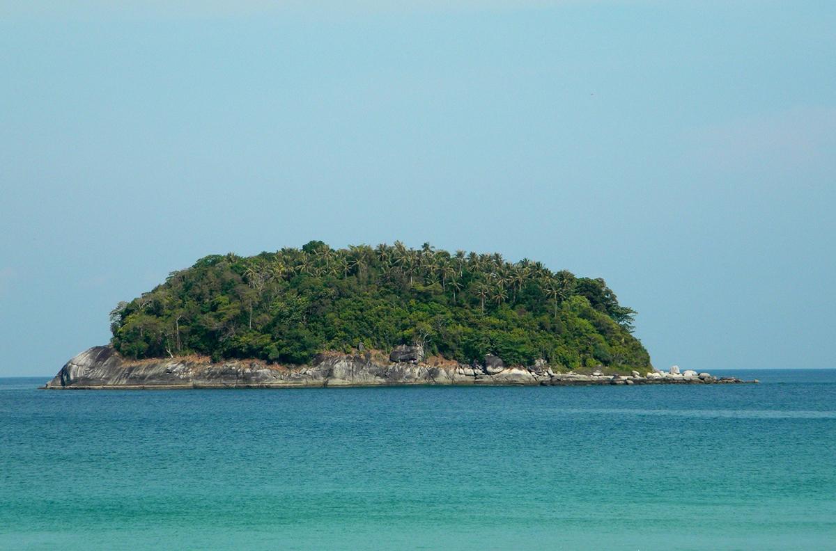 Остров напротив Ката Бич