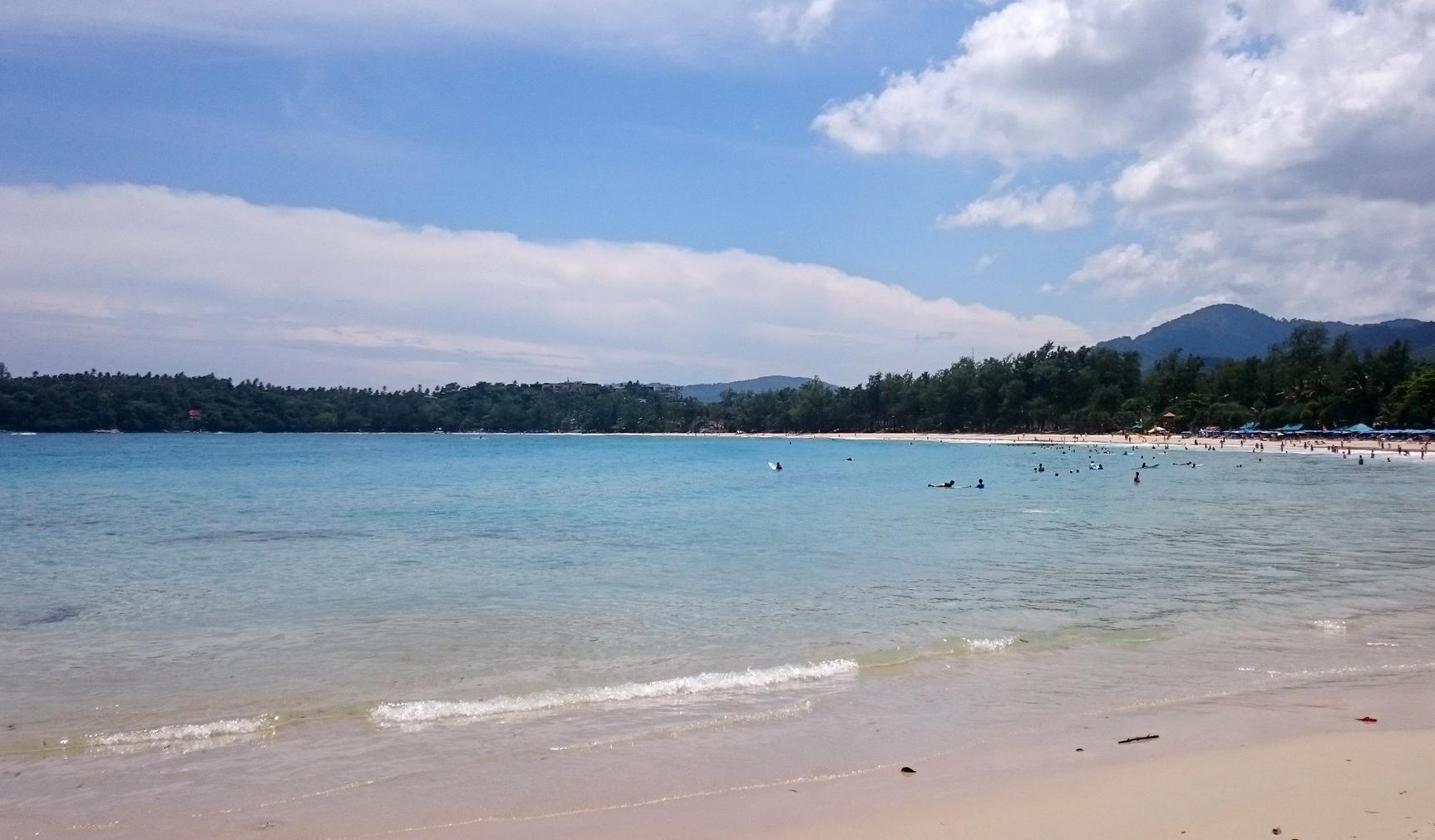 Спокойное море пляжа Ката
