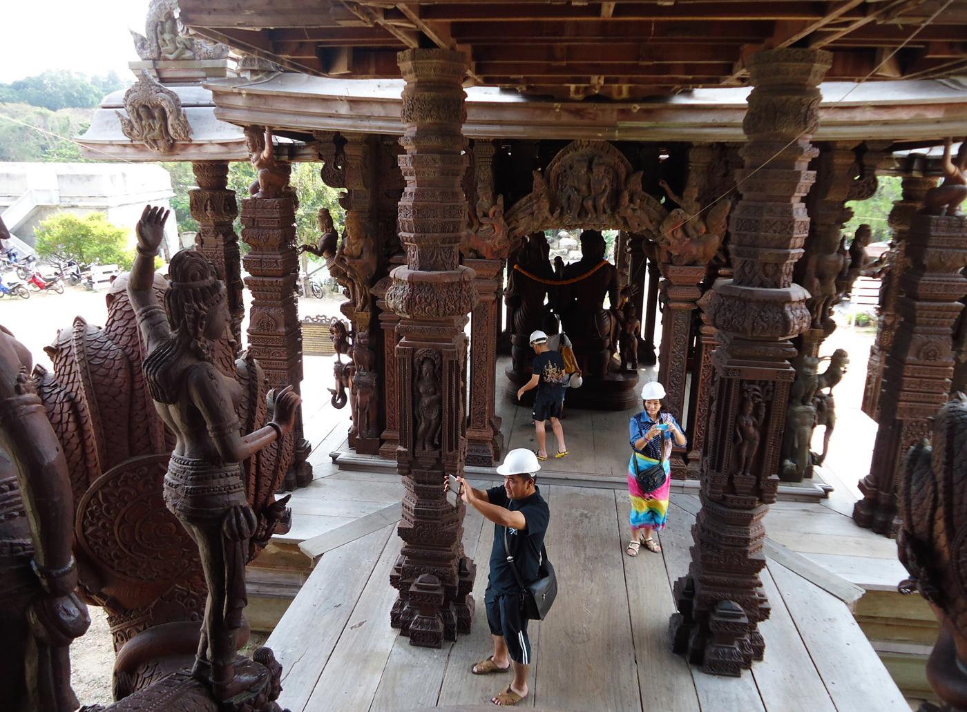 Посетители Храма Истины в касках