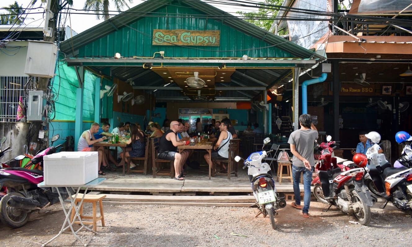 Рядом с пляжем есть рестораны и бары