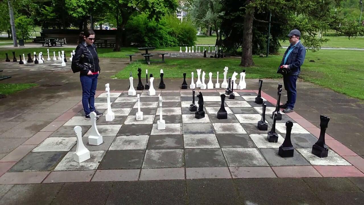 Огромные уличные шахматы