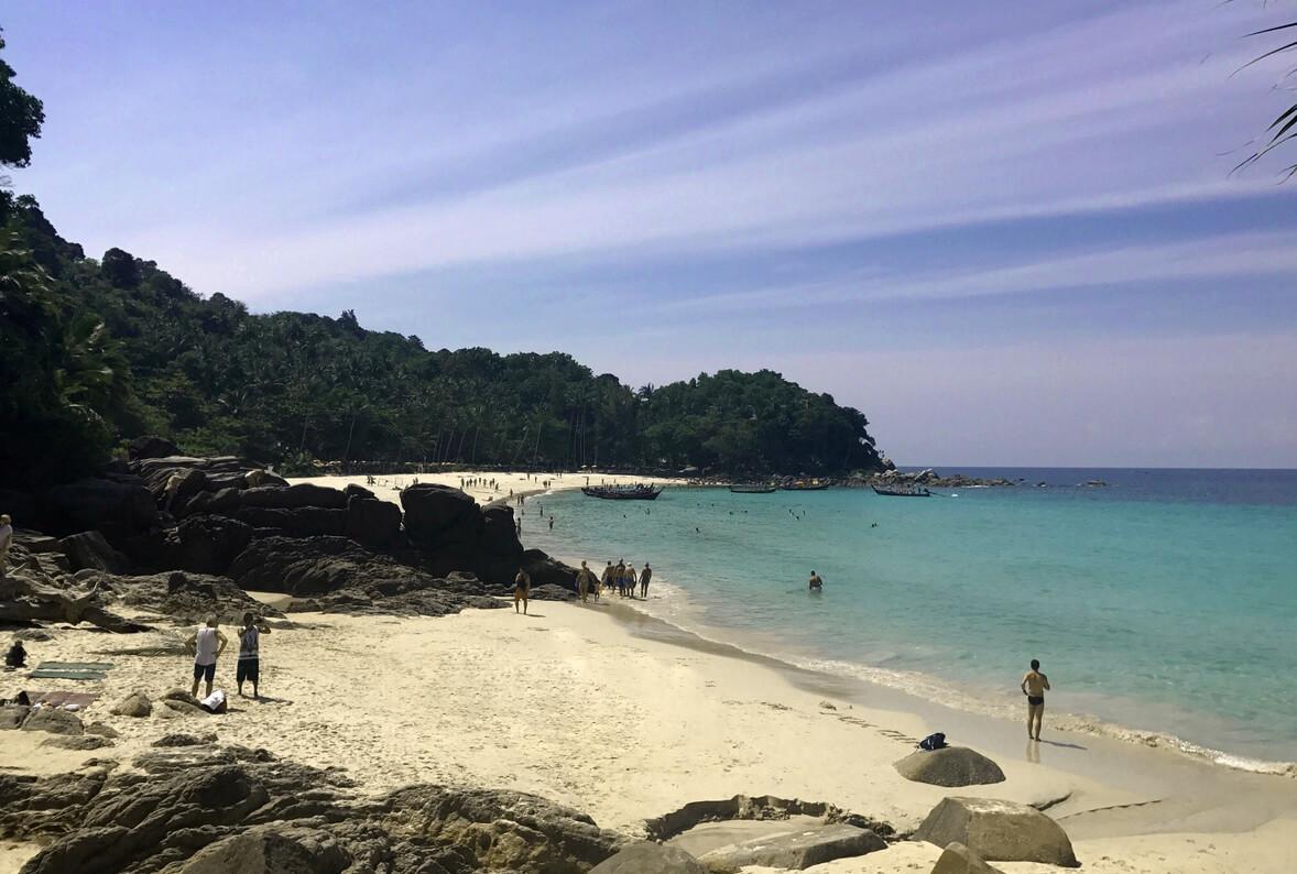 Отделенный камнями участок пляжа
