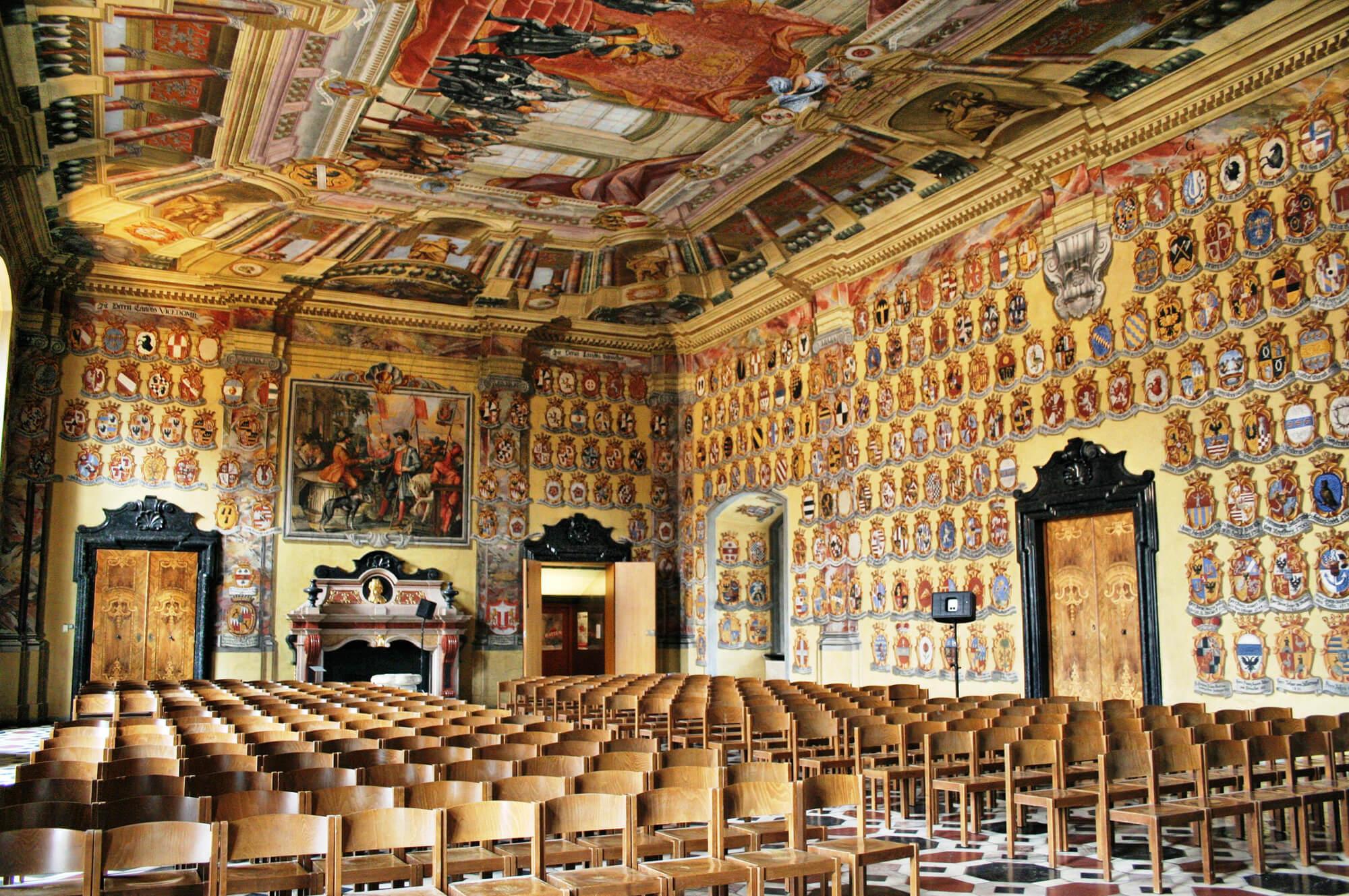 Интерьер и декорации большого гербового зала