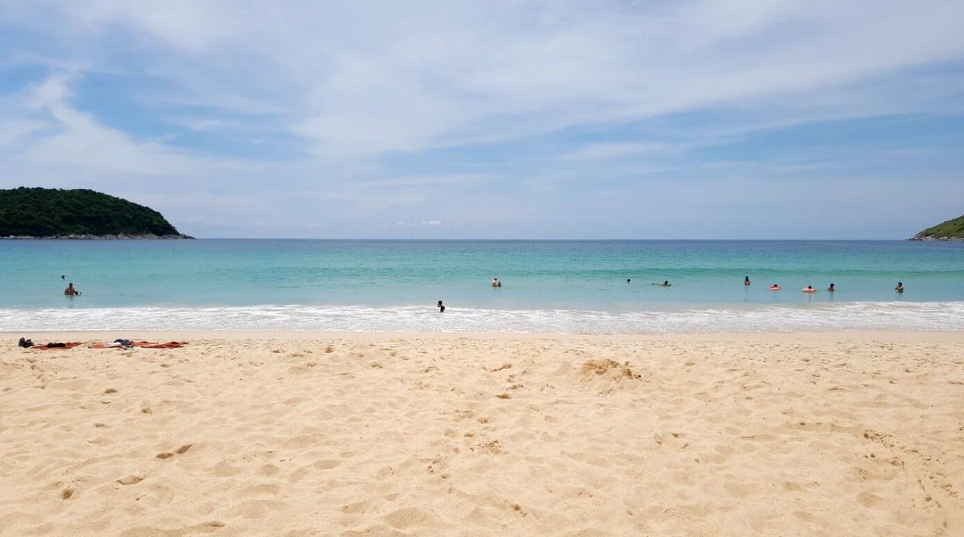 Песок на пляже Nai Harn