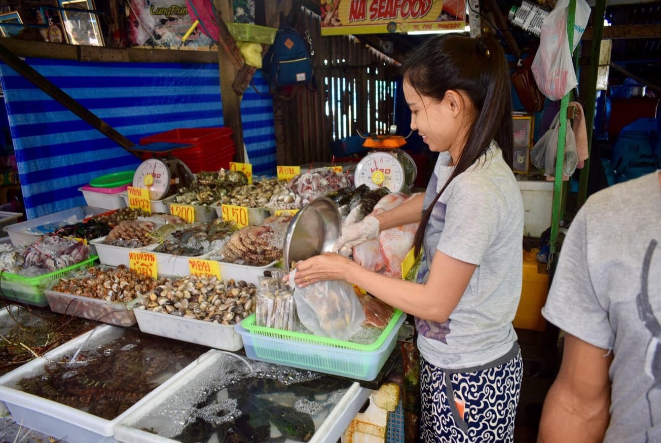 Море продукты на рыбном рынке