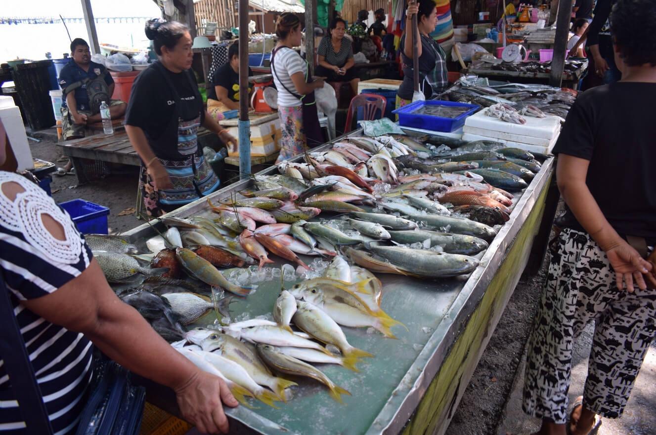 Рыбный рынок на пляже Равай