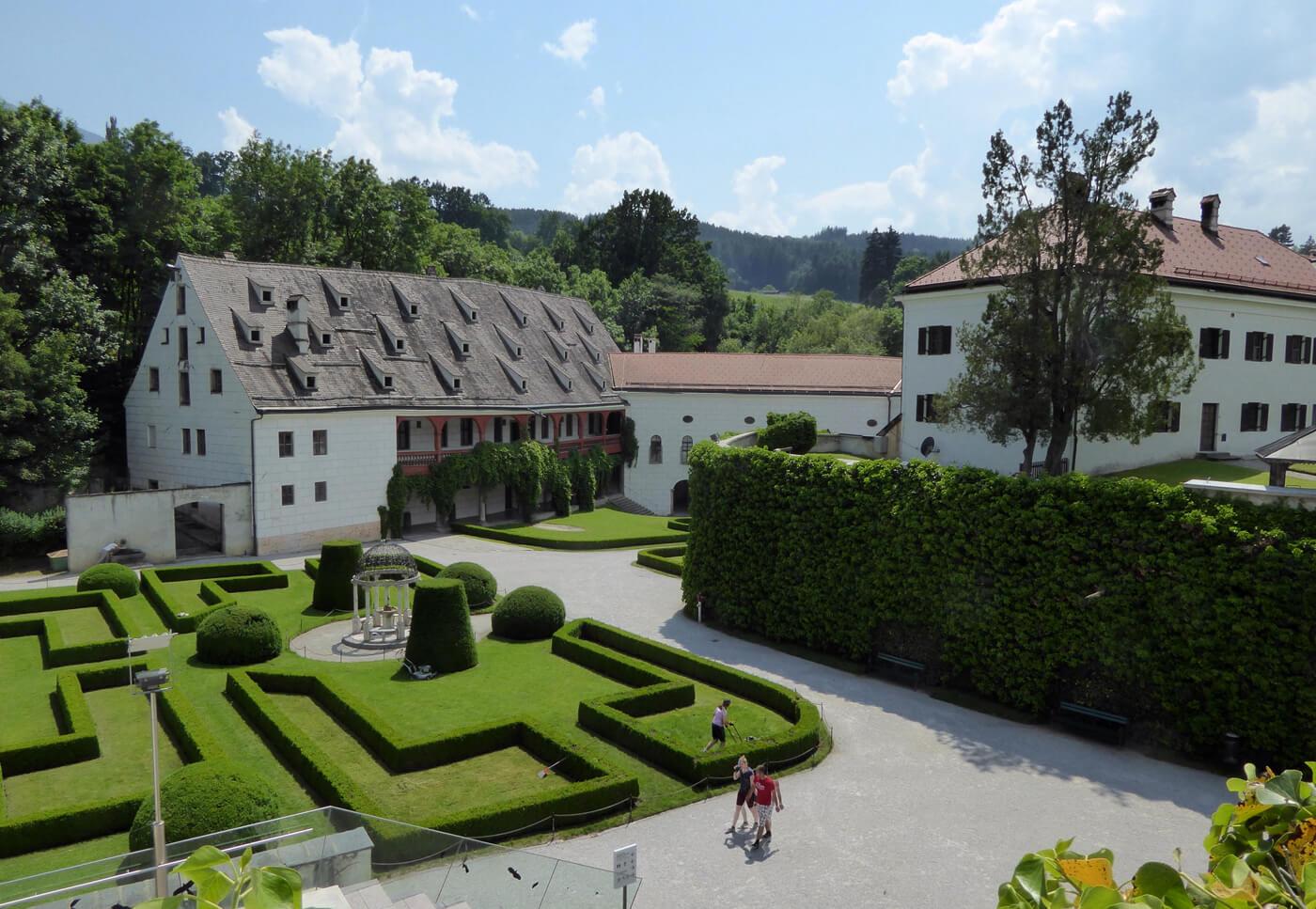 Schloss Ambras окружён парком