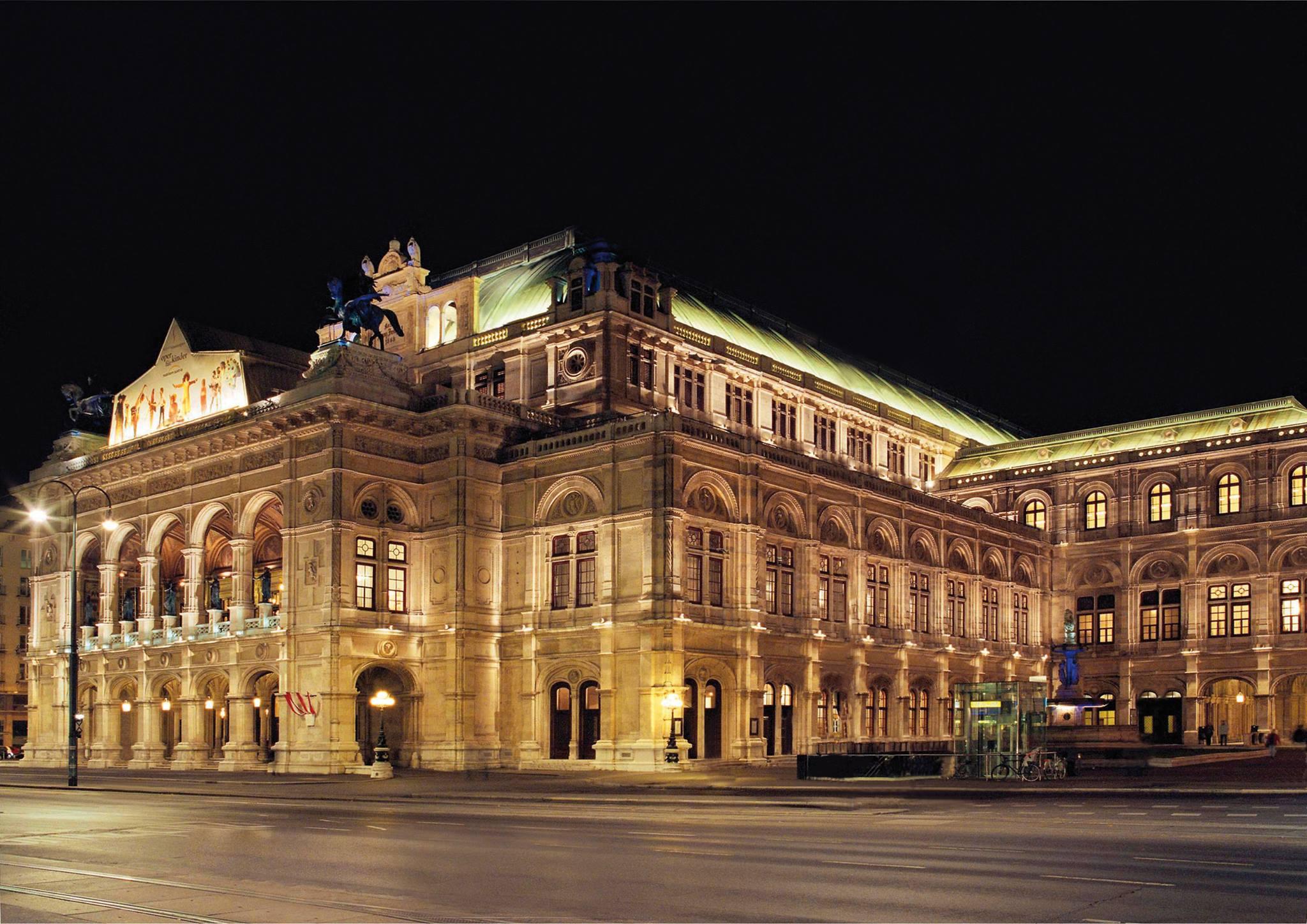 Венская опера вечером