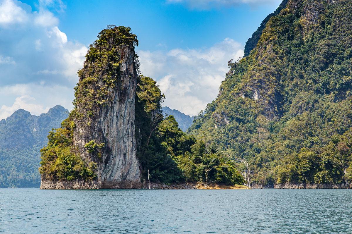 Скала в озере Чео Лан