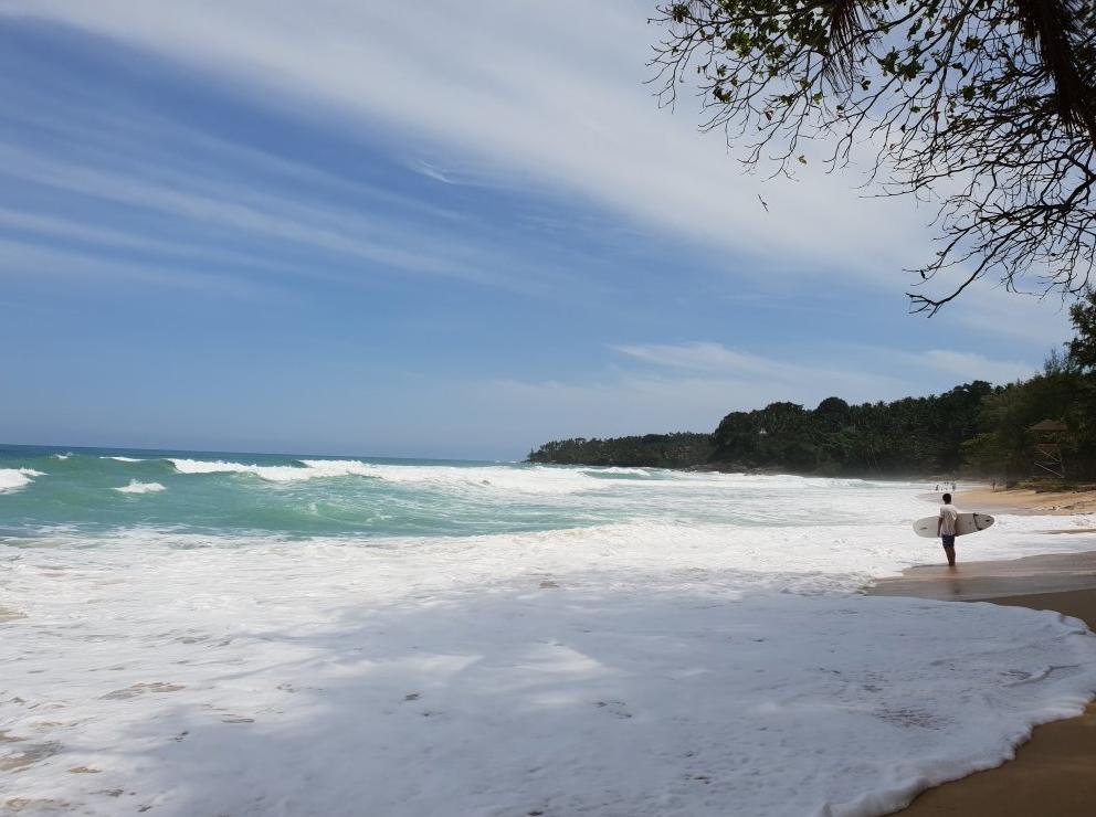 На пляже Сурин бывают сильные волны