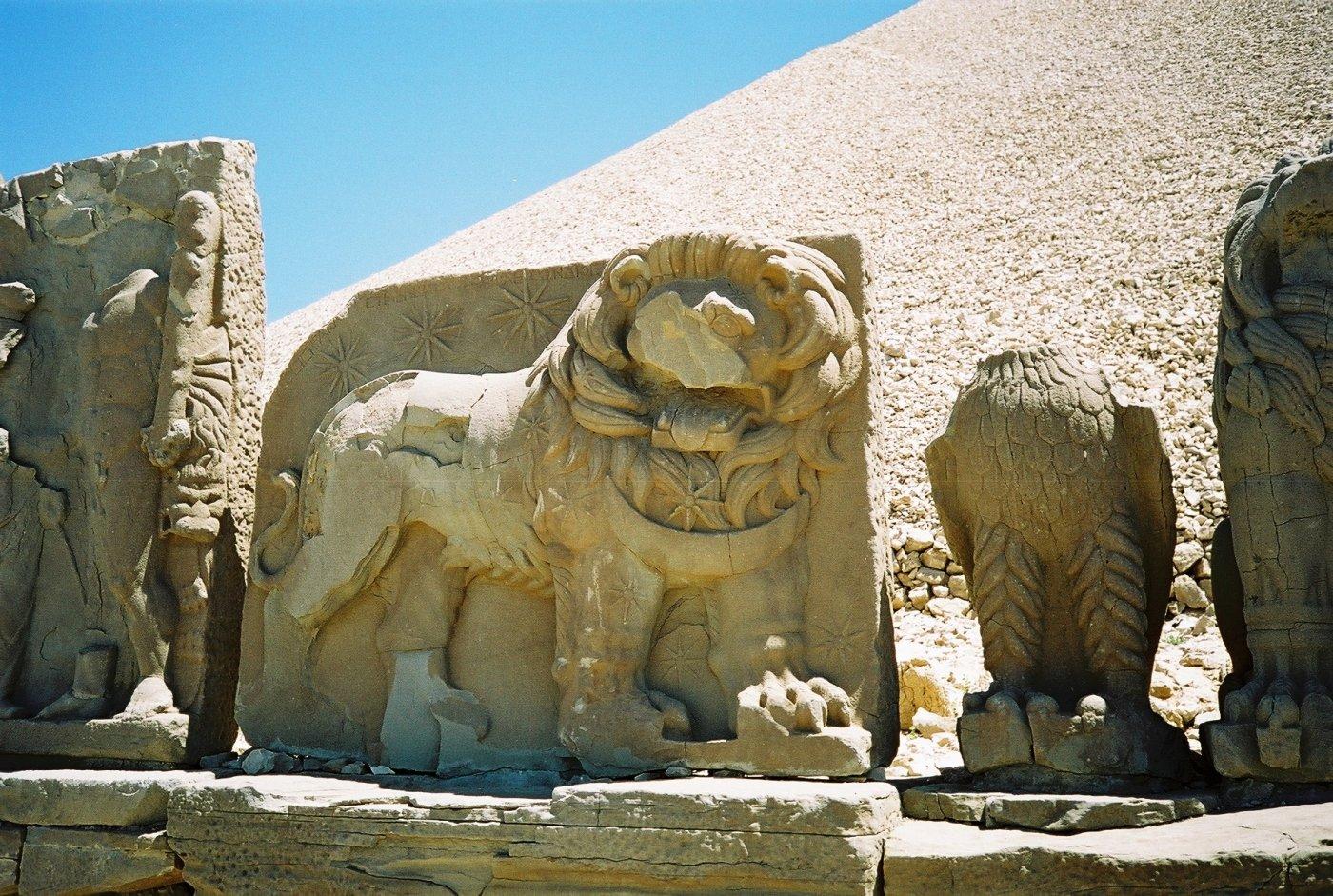 Барельеф с фигурой льва