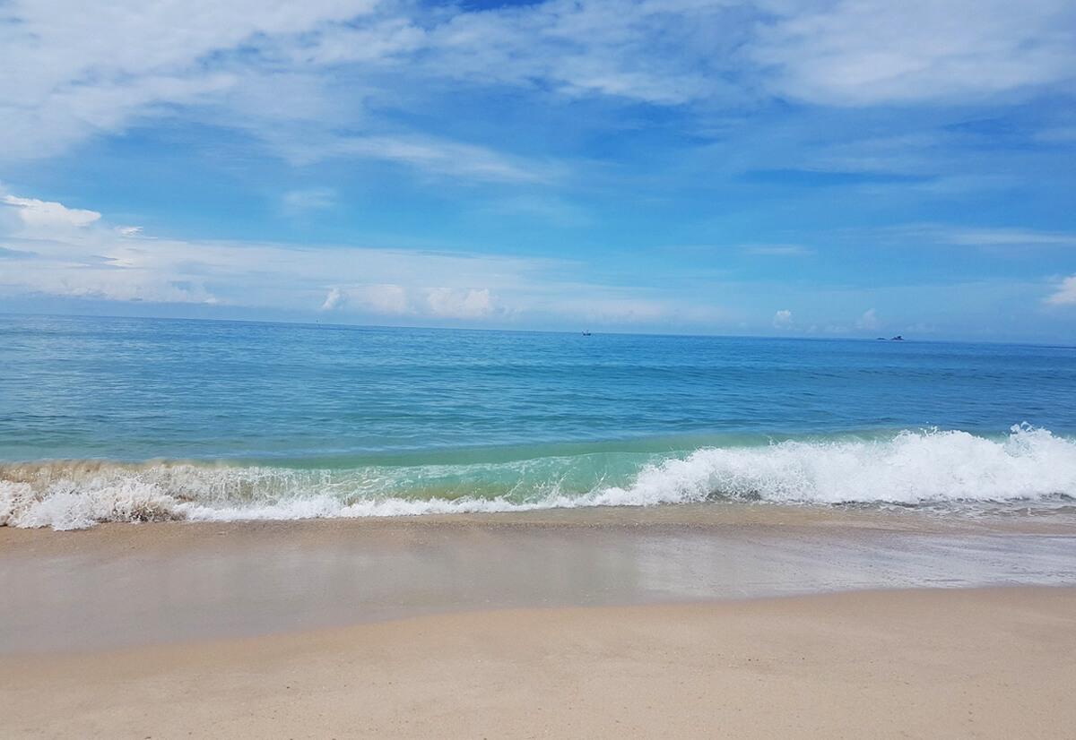 Волны на пляже Банг Тао