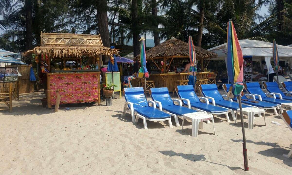 Шезлонги и зонтики на Банг Тао