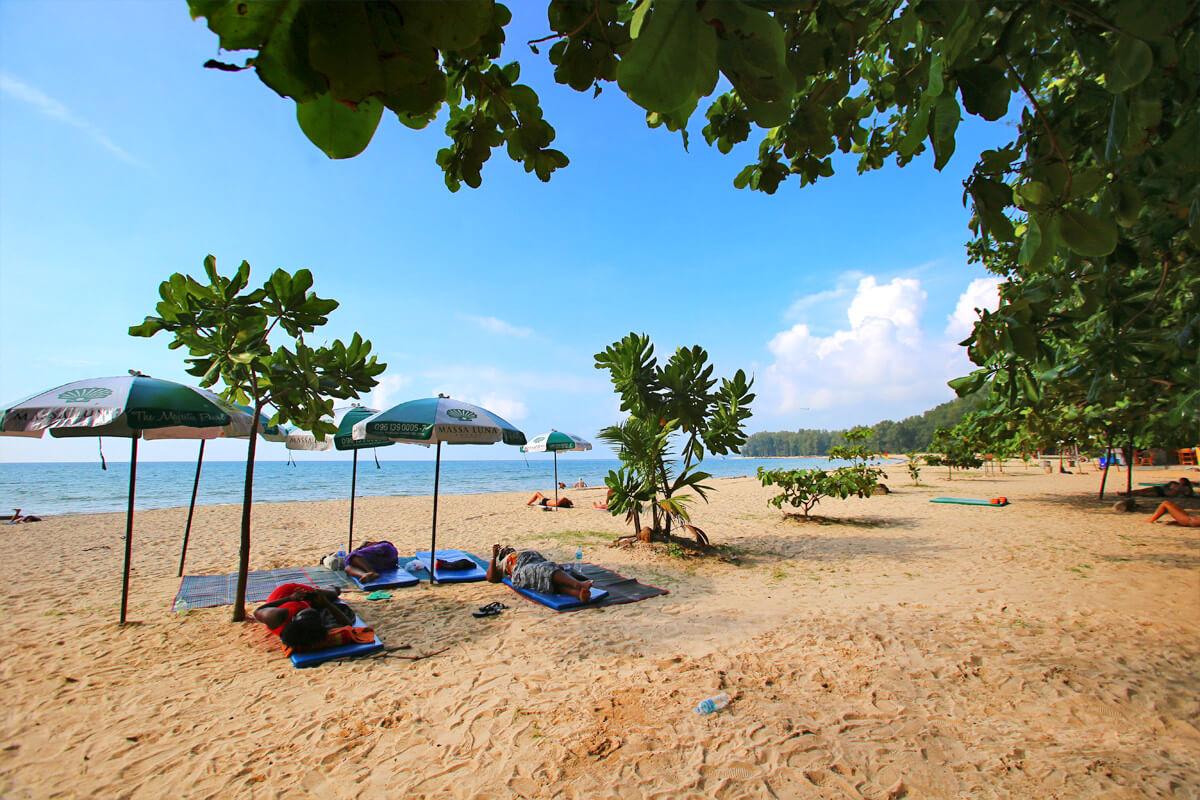 Тень на пляже Най Янг