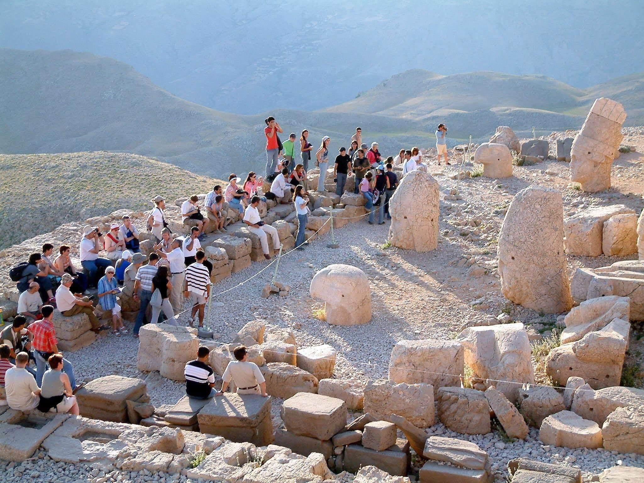 Туристы на горе Немрут-Даг