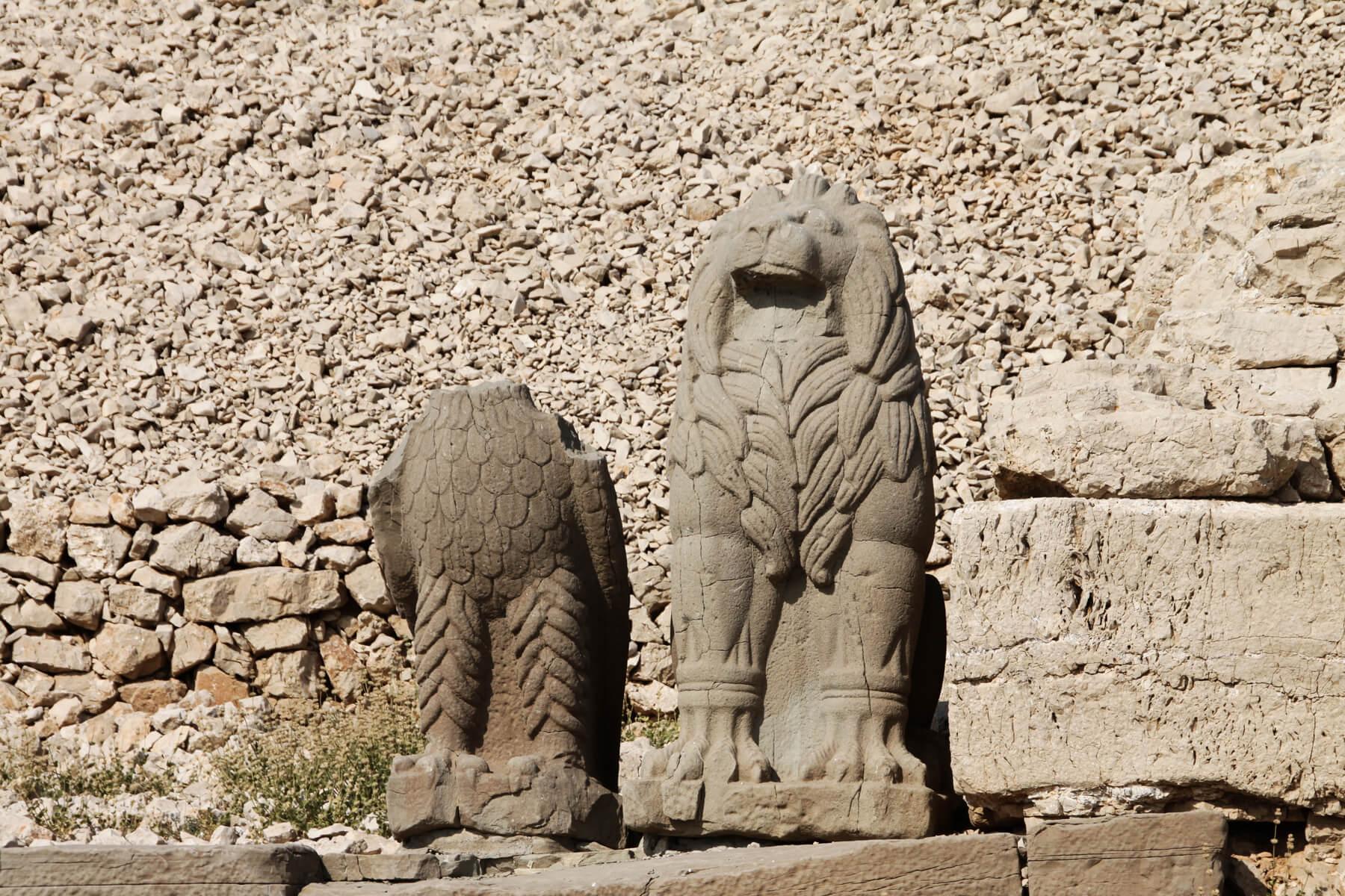 Орел и лев из камней