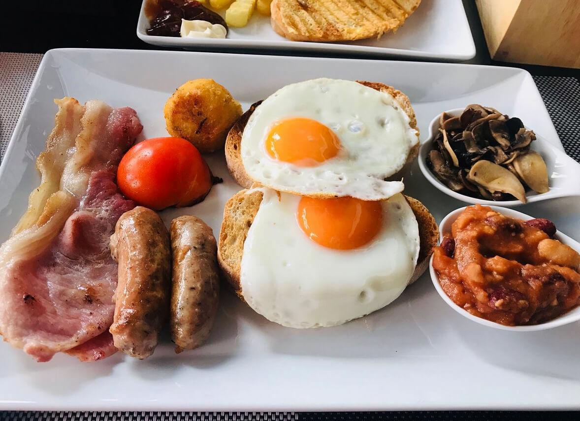 Тарелка с завтраком в кафе