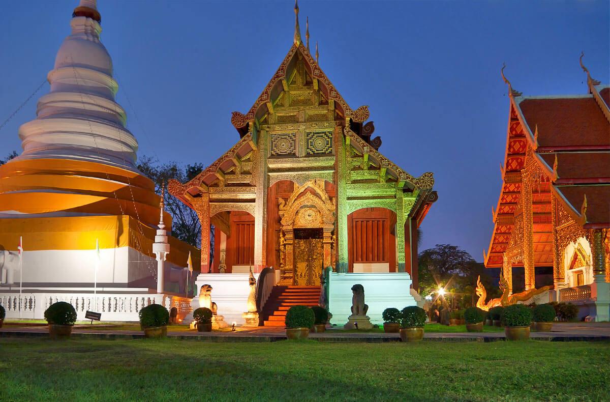 Вечерняя прогулка по территории храма