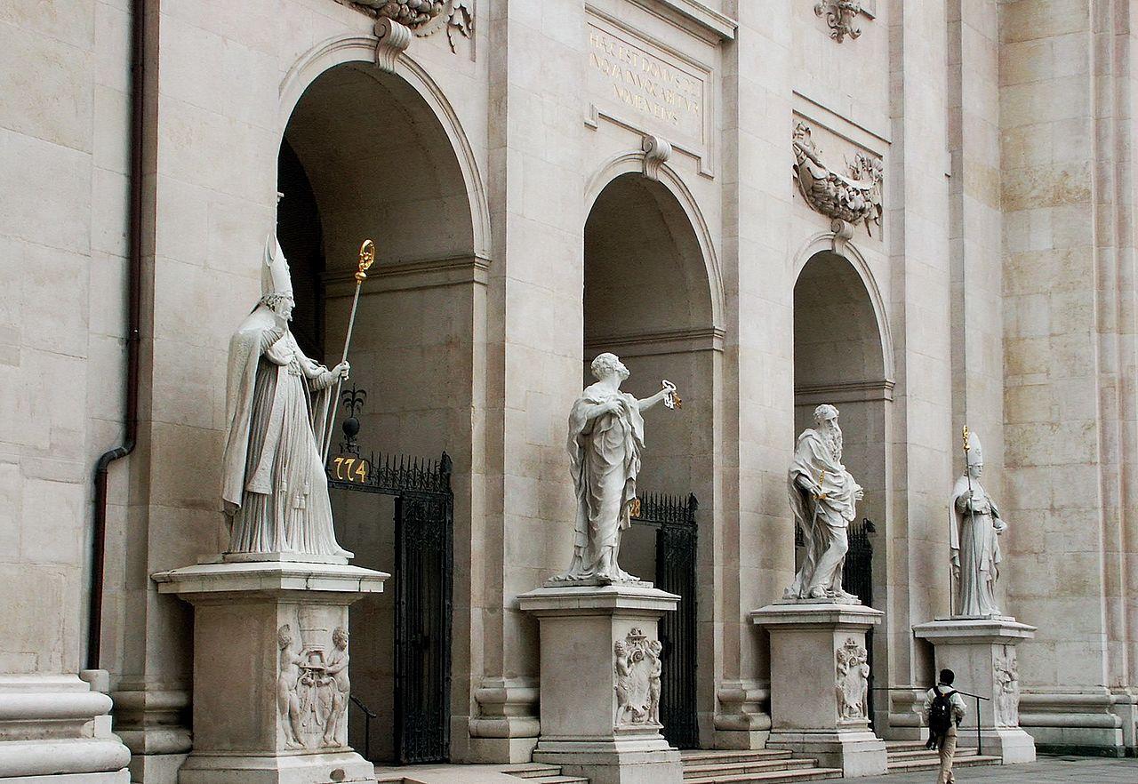 Статуи у входа