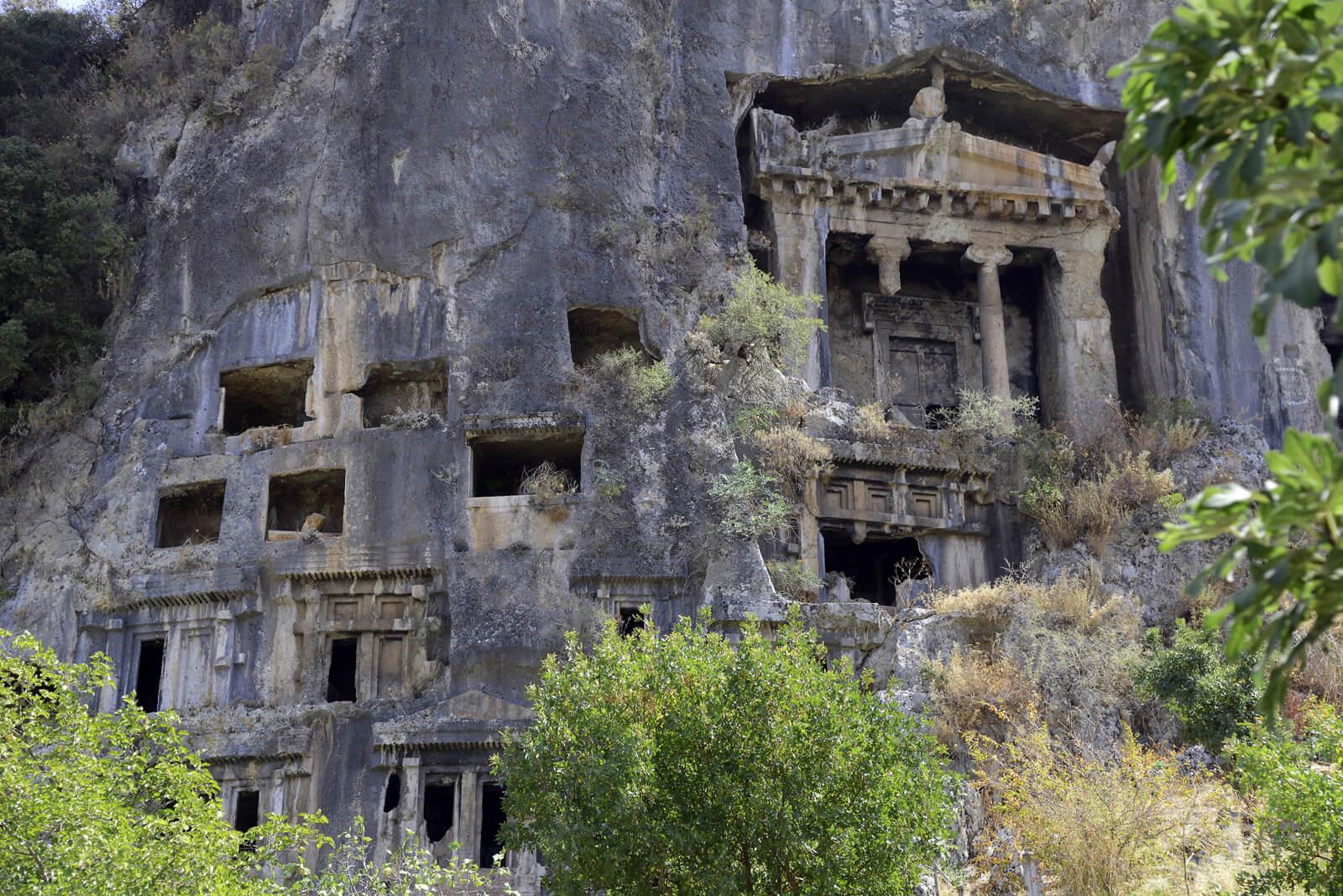 Древние гробницы в скале