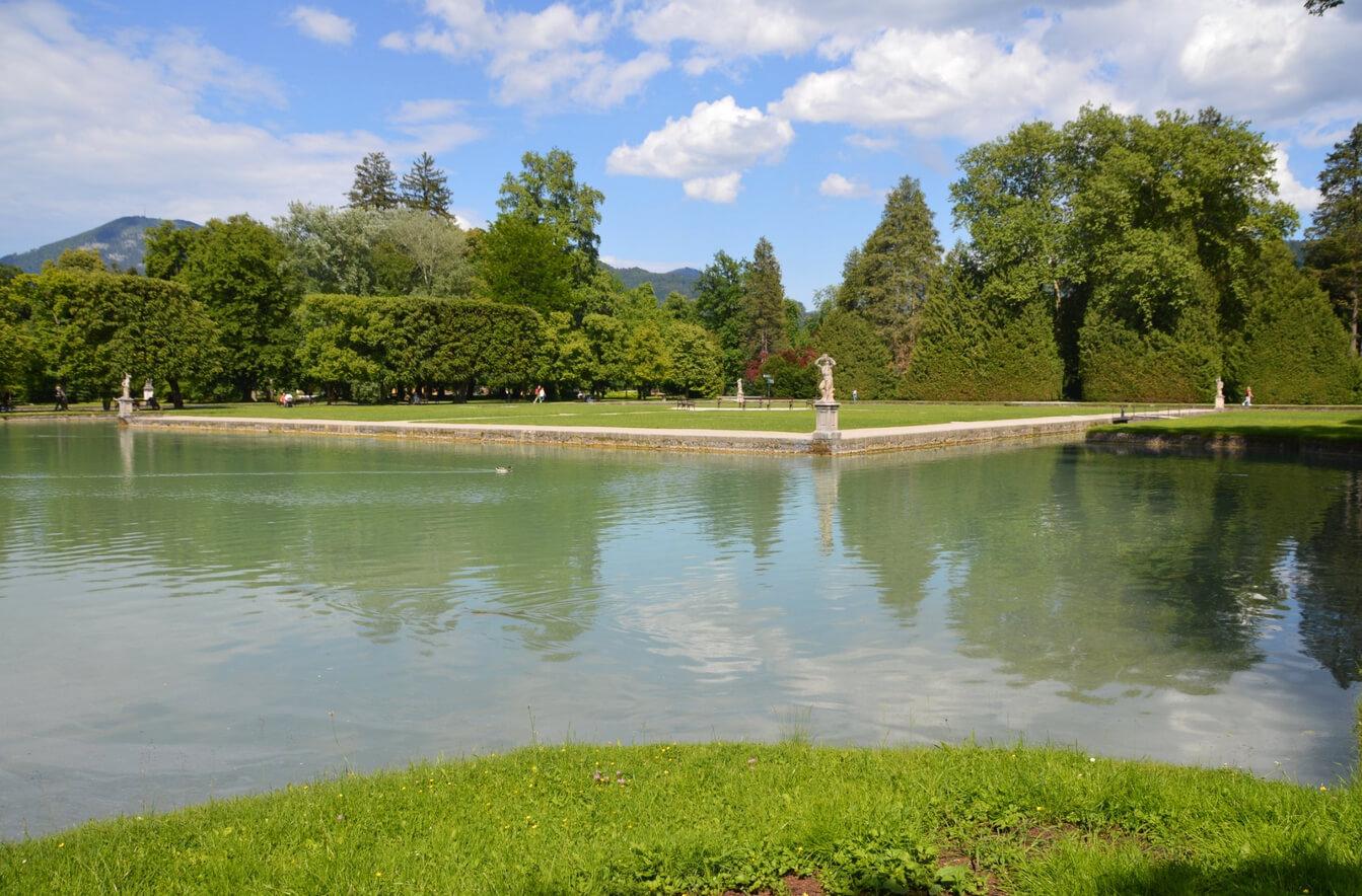 Парк, украшенный прудами