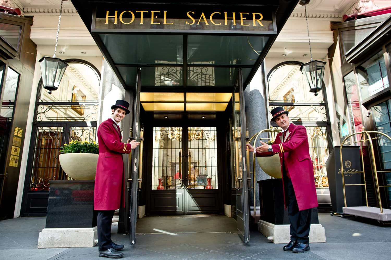 Вход в отель Захер