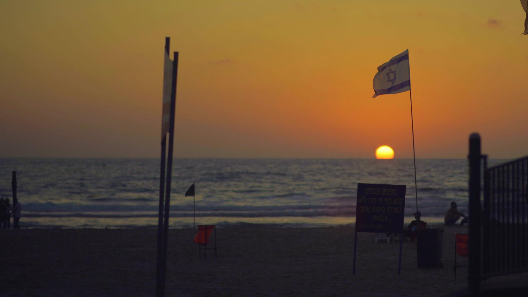 Закат на городском пляже