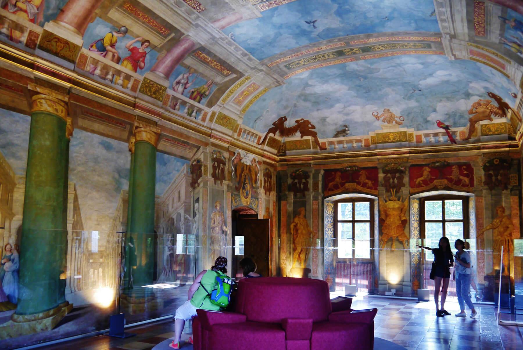 Внутри замка Хельбрунн