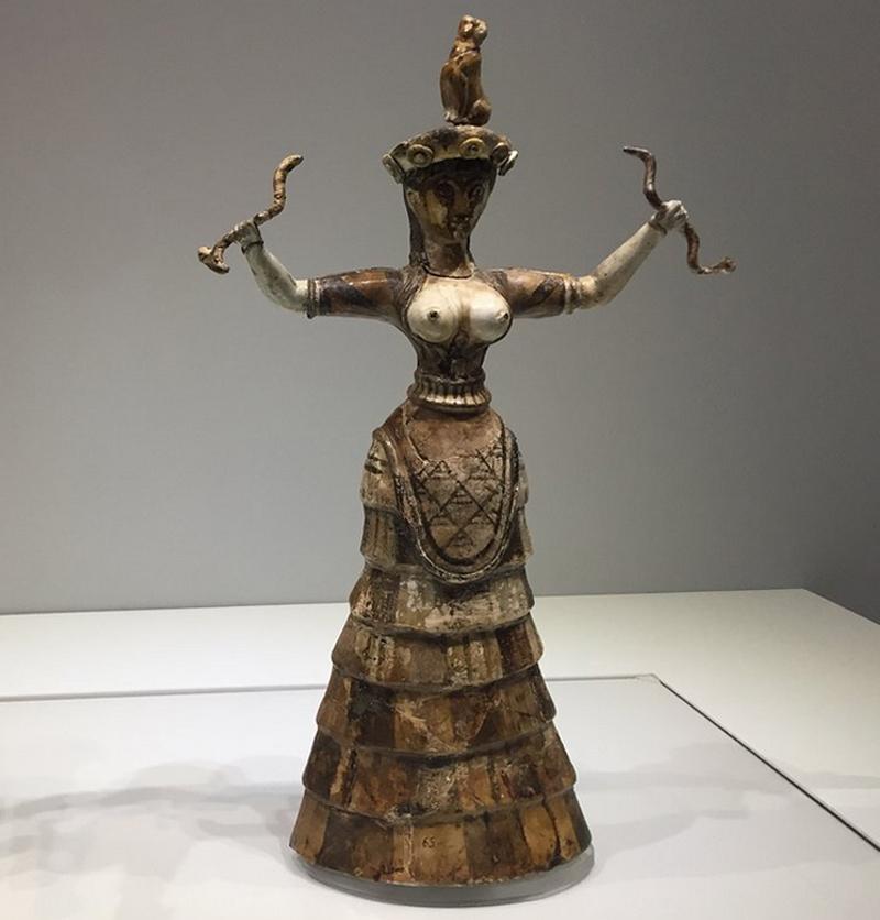 Статуэтка богини со змеями