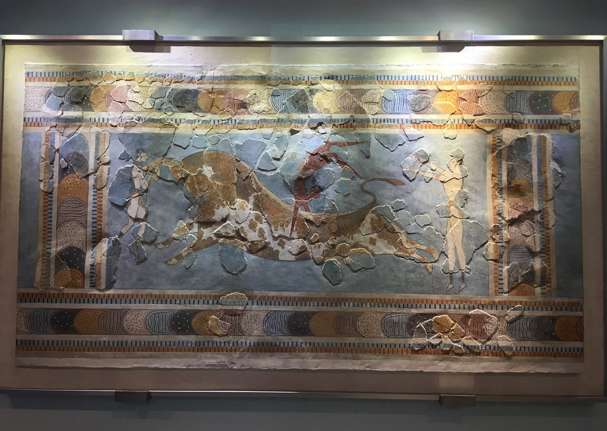 На фреске ритуальные прыжки через быка