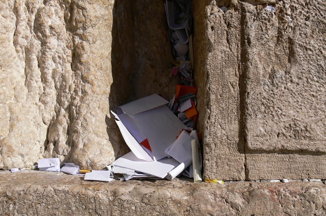 Расщелины между камнями для записок